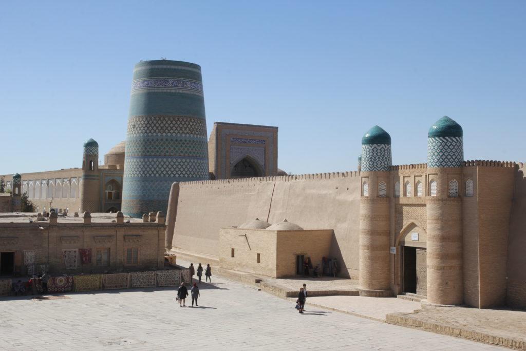 Khiva (Xiva en ouzbek; خیوه en persan) est une ville d'Ouzbékistan, située au nord-ouest de ce pays dans une oasis à 469 kilomètres de Boukhara1. Son ancien nom, Khwarezm (ou Khorezm, capitale de l'ancienne Chorésmie d'Hérodote), est celui de la région historique dont elle fut la capitale.